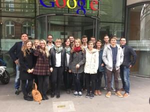 HdM Medienmaster Studierende vor dem Gebäude von Google