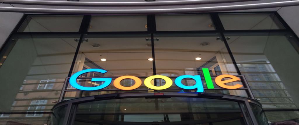Vor dem Bürogebäude von Google in Hamburg.