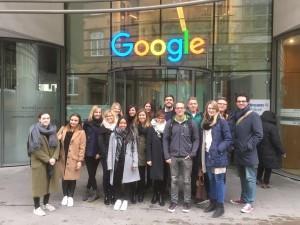 Gruppenbild der HdM Studenten vor dem Bürogebäude von Google in Hamburg.