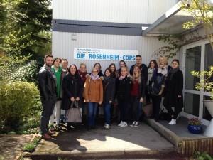 Prof. Dr. Eva Stadler gemeinsam mit Bachelor und Master Studenten vor dem Set der Rosenheim Cops in München.