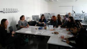 Die Teilnehmerinnen des Social Media Workshops gemeinsam mit den Masterstudenten im Austausch an der Hedwig-Dohm-Schule in Stuttgart.