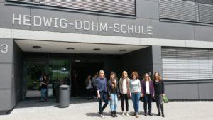 Die HdM Masterstudenten gemeinsam mit den Lehrerinnen vor dem Schulgebäude der Hewig-Dohm-Schule.