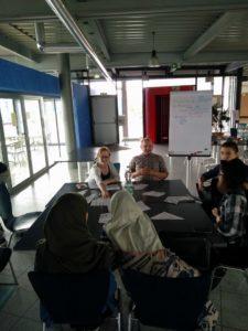 Brainstorming Runde: Jede Geschichte ist erzählenswert, auch wenn man das manchmal nicht auf den ersten Blick erkennt.