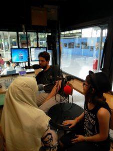 Zwei Teilnehmerinnen gemeinsam mit einem Masterstudenten im Radiostudio von HORADS 88,6 an der HdM.