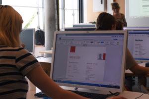 Gemeinsam mit den Masterstudenten überarbeiten die Workshop Teilnehmerinnen Schritt für Schritt ihren Lebenslauf.