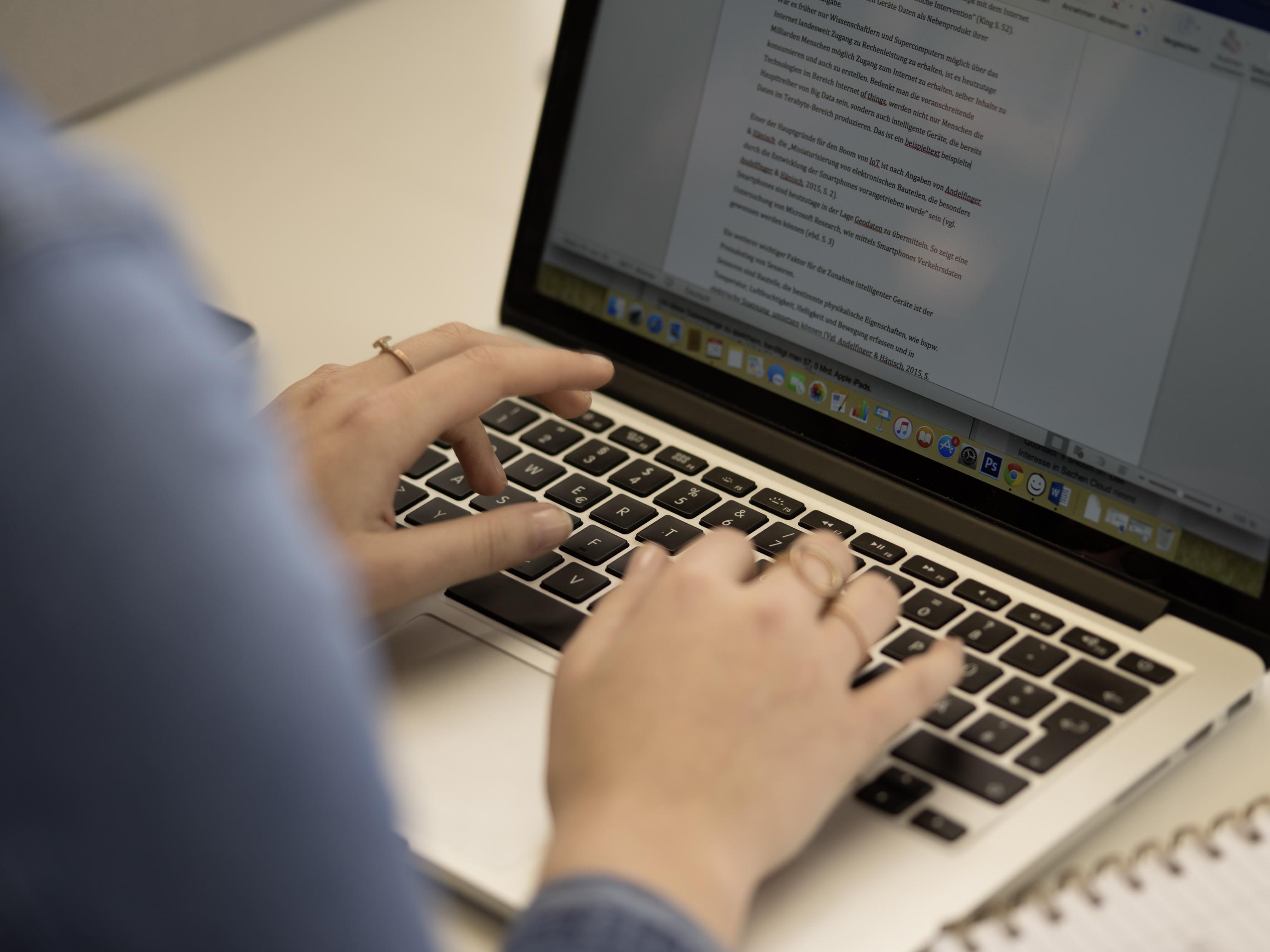 Hände auf Laptoptastatur